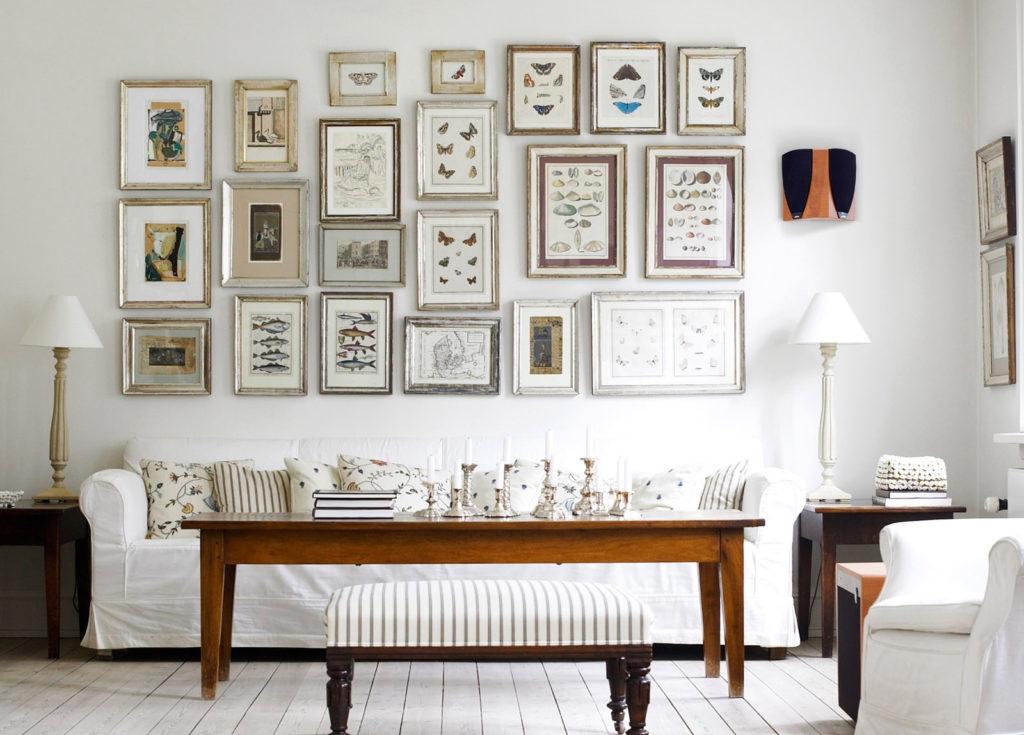 Гармоничное расположение изображений на стене в гостиной
