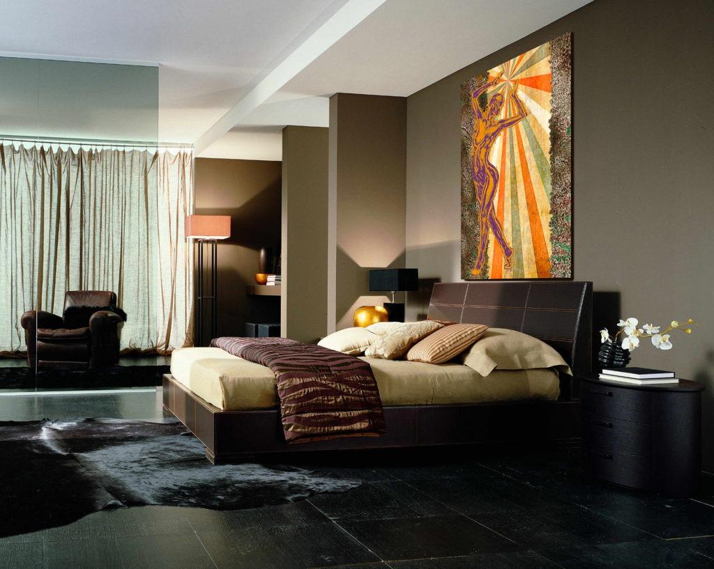 Яркая картина на коричневой стене спальни