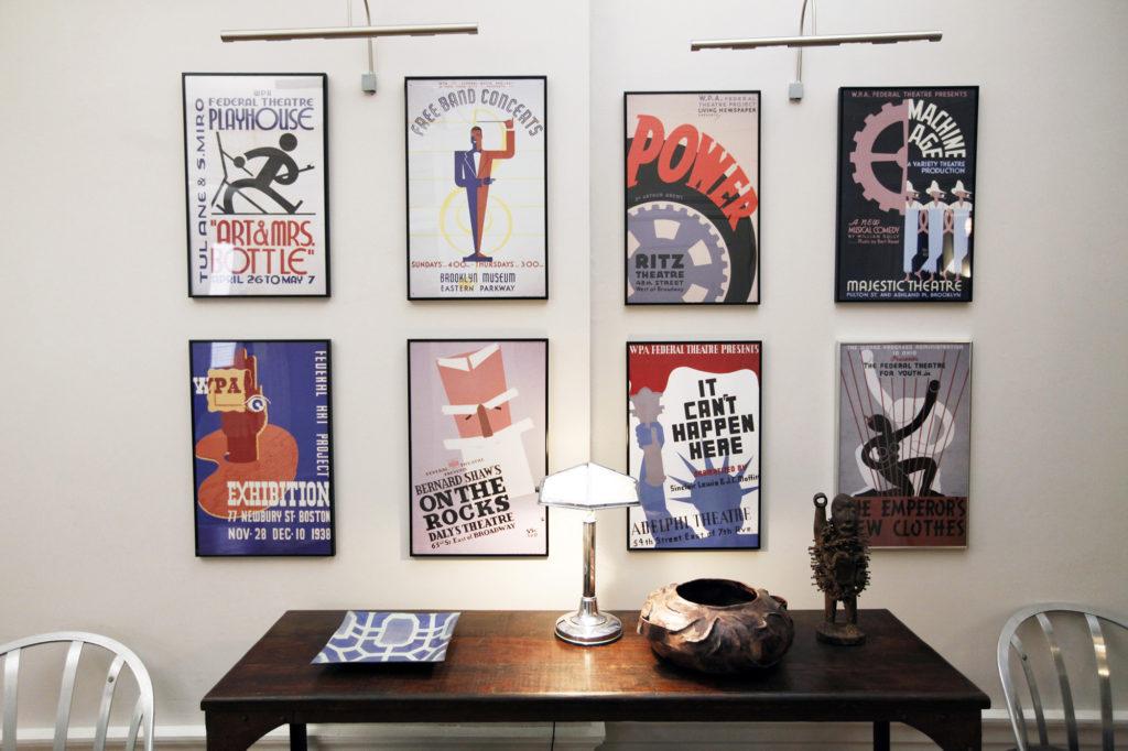 Старые музыкальные и театральные постеры в интерьере