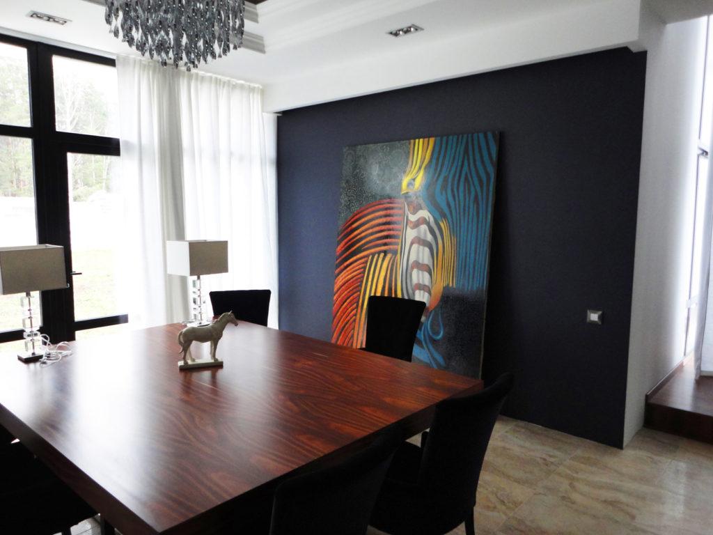 Яркая картина на синей стене кабинета