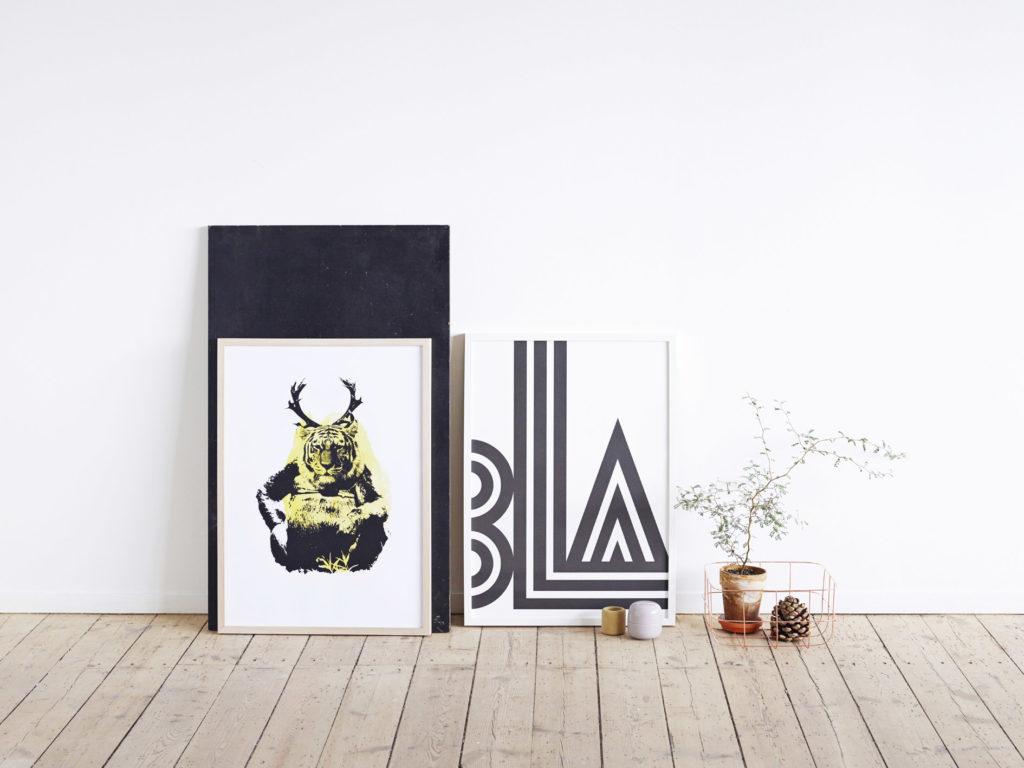 Необычные постеры в светлом интерьере