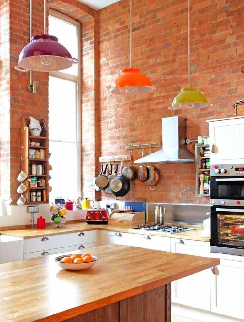 Красный кирпич в интерьере кухни возбуждает аппетит