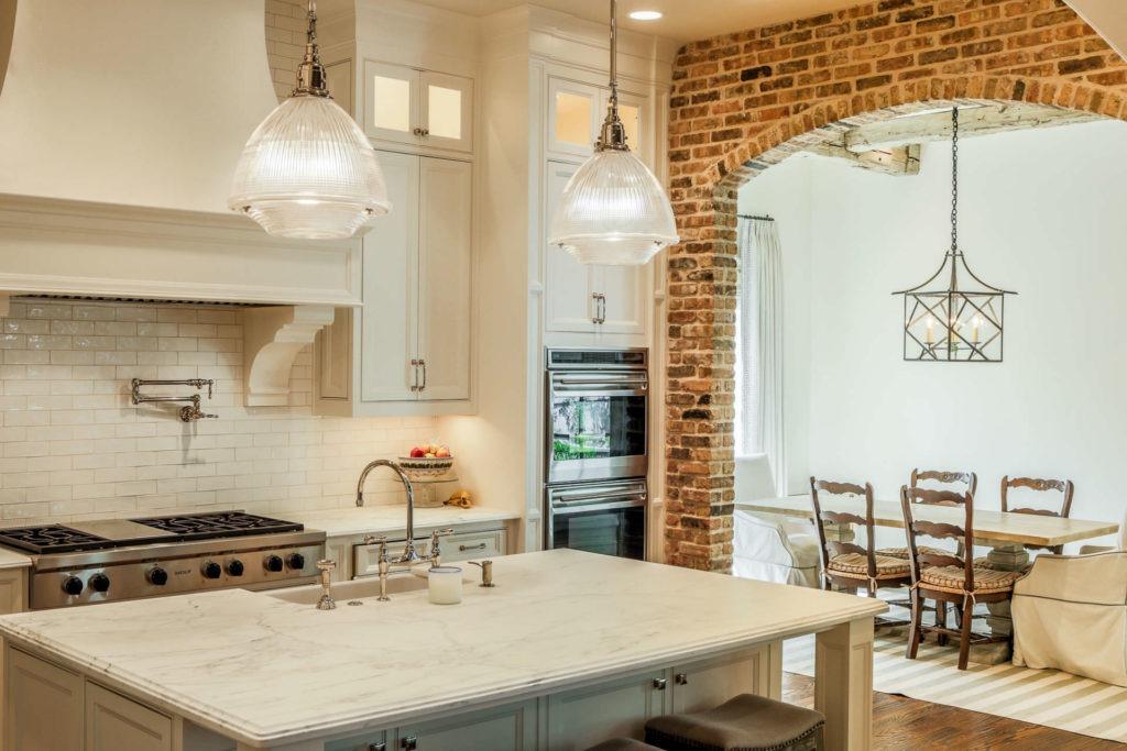 Кирпичная арка между кухней и столовой