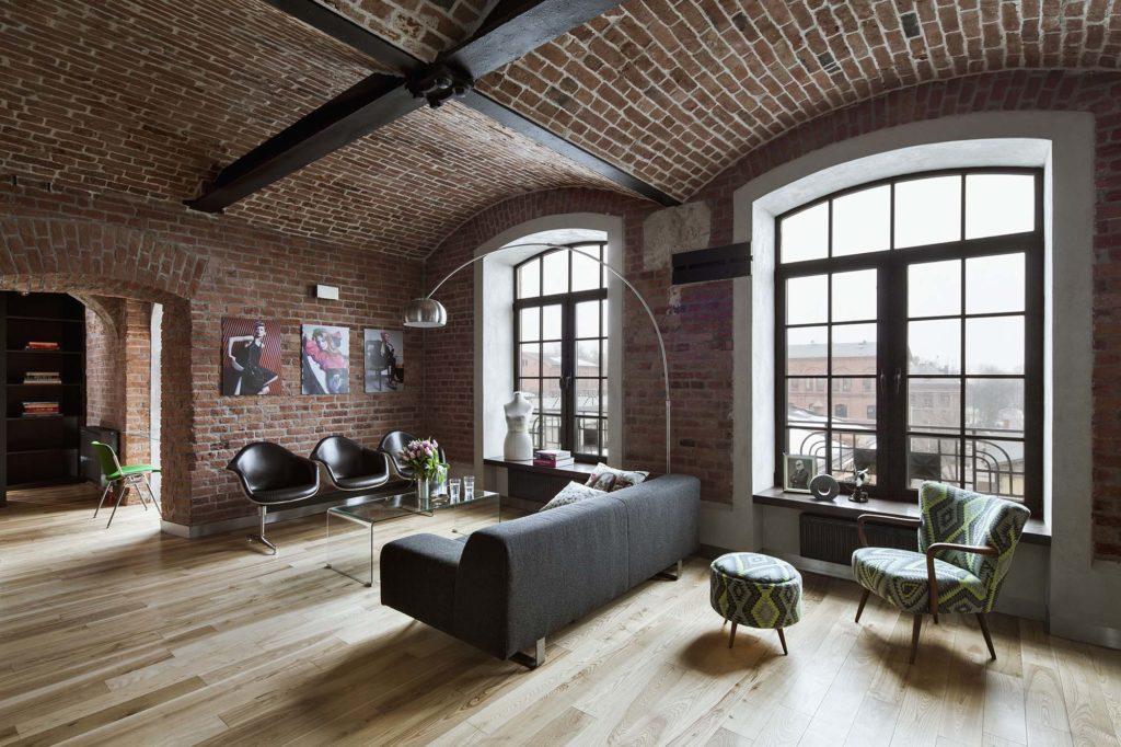 Кирпичные стены и потолок в гостиной