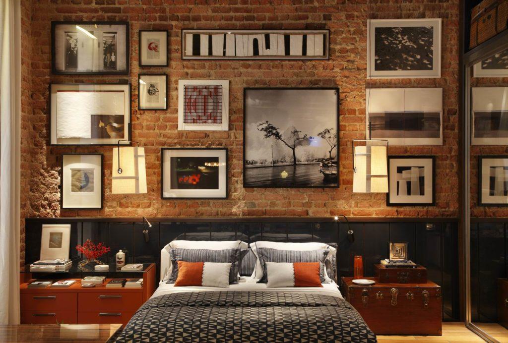 Картины и фотографии на кирпичной стене в интерьере спальни