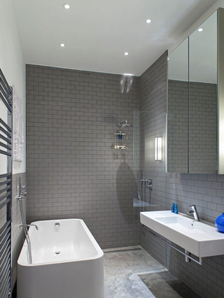 Имитация серой кирпичной стены в интерьере ванной