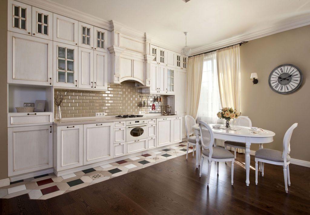 Кирпичная стена в светлой кухне