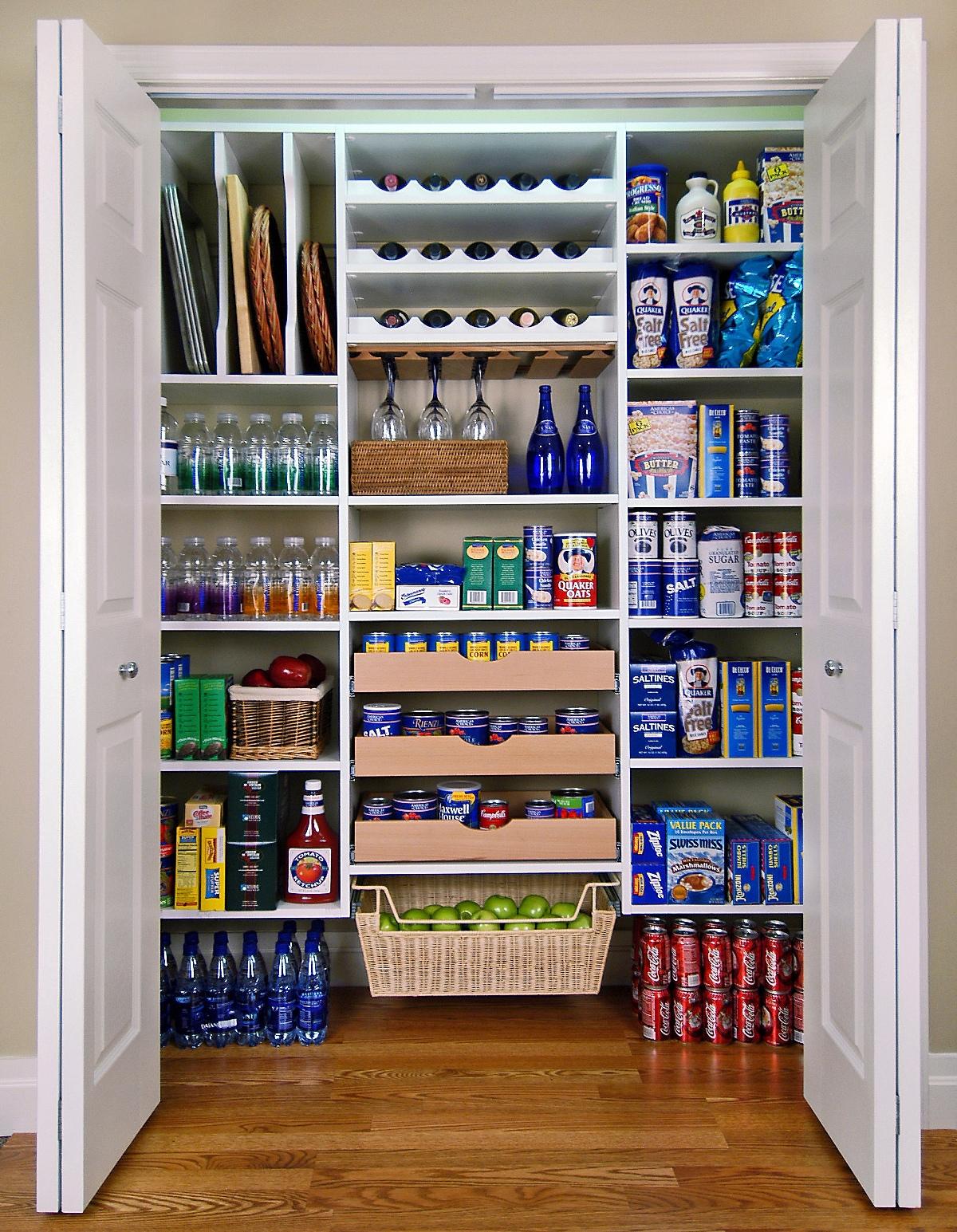 Компактное хранение в кухонной кладовке