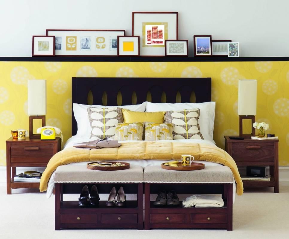 Желтые и белые обои в интерьере спальни