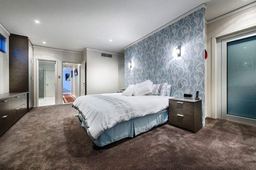 Голубые и белые обои в интерьере спальни