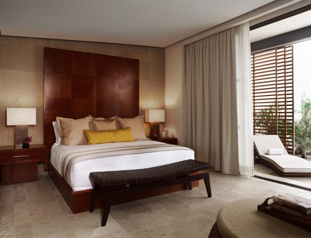 Бежевые обои и каменные панели в спальне