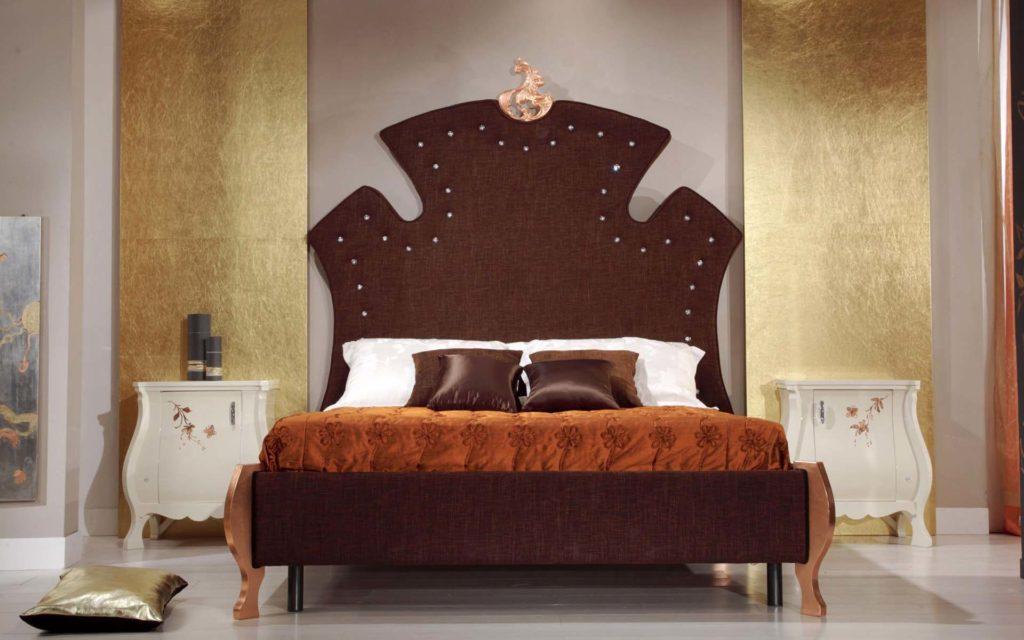 Золотистые панели на серой стене