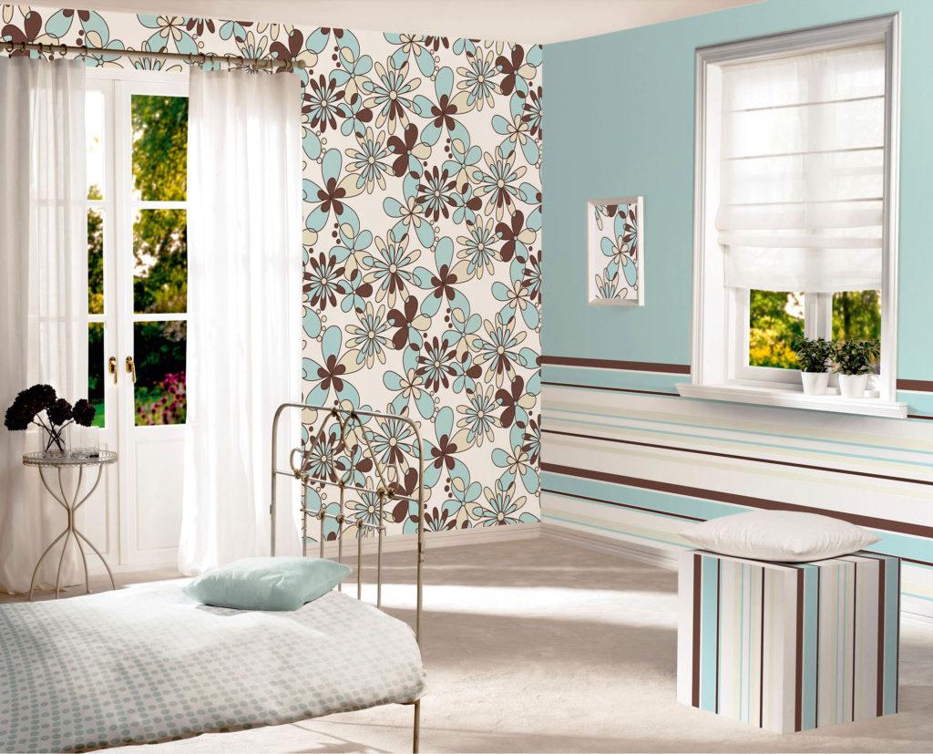 Полосатые и цветочные обои в интерьере спальни