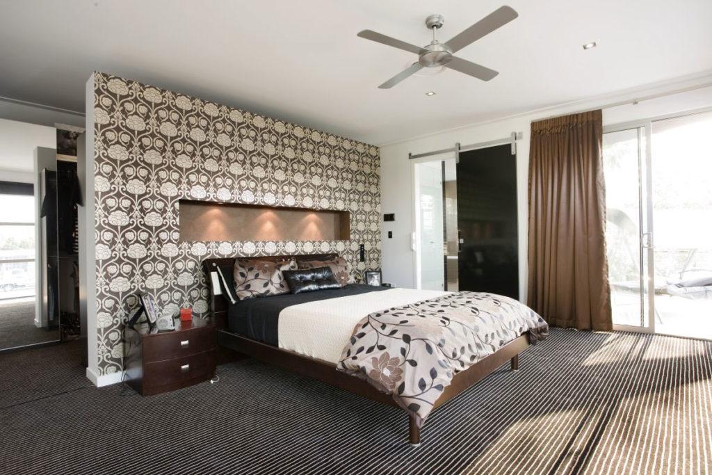 Выделение стены в спальне с помощью обоев с орнаментом