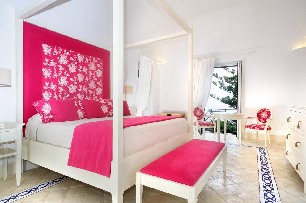 Ярко-розовые и белые обои в спальне