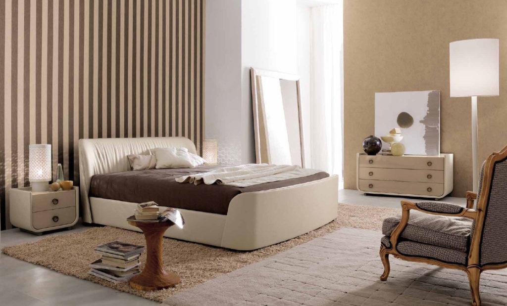 Бежево-коричневые обои в полоску и кремовые обои с спальне