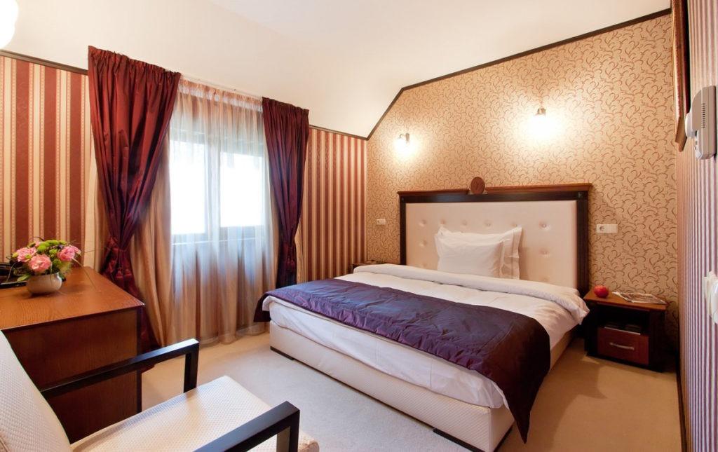 Полосатые и узорчатые обои в спальне