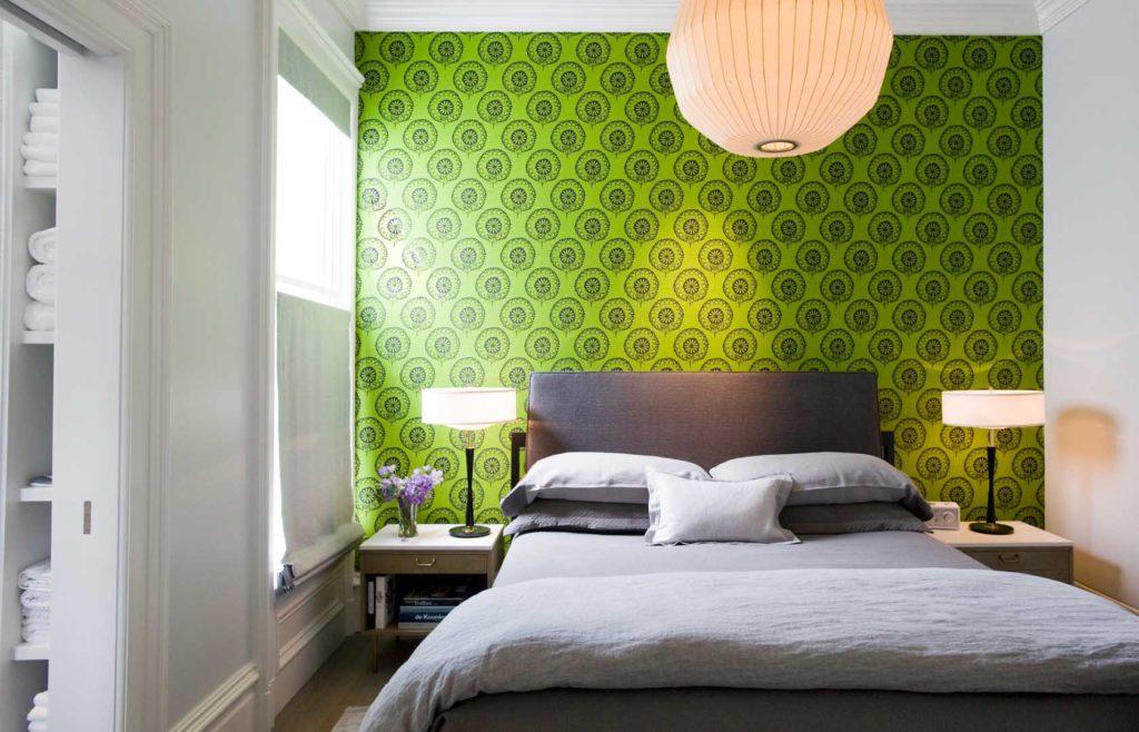 Яркие зеленые обои с принтом в белой спальне