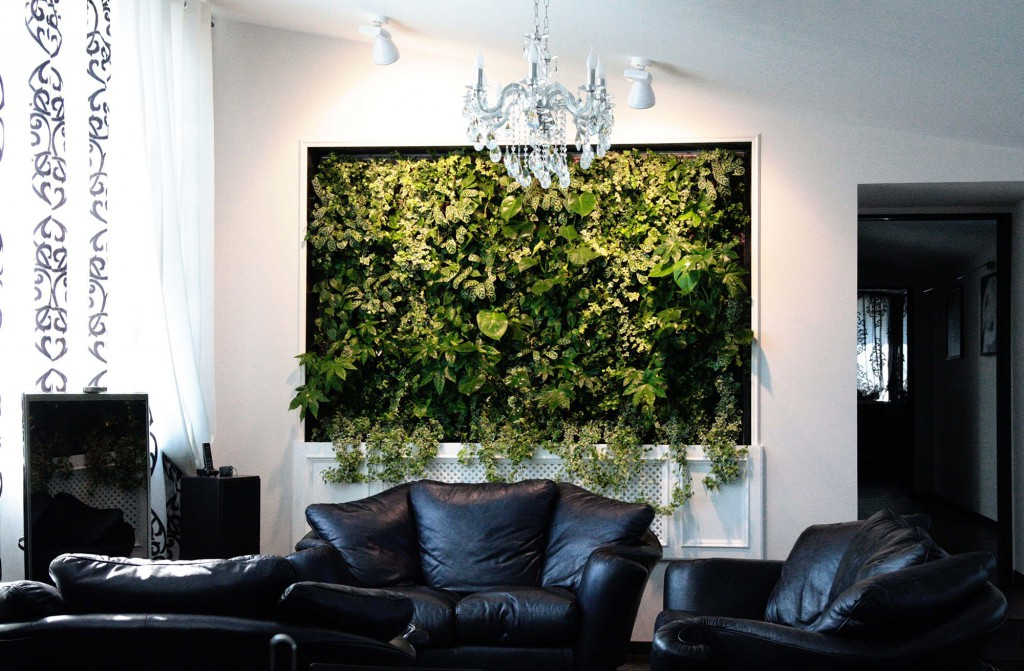 Эффектная большая панель с живыми растениями в интерьере гостиной
