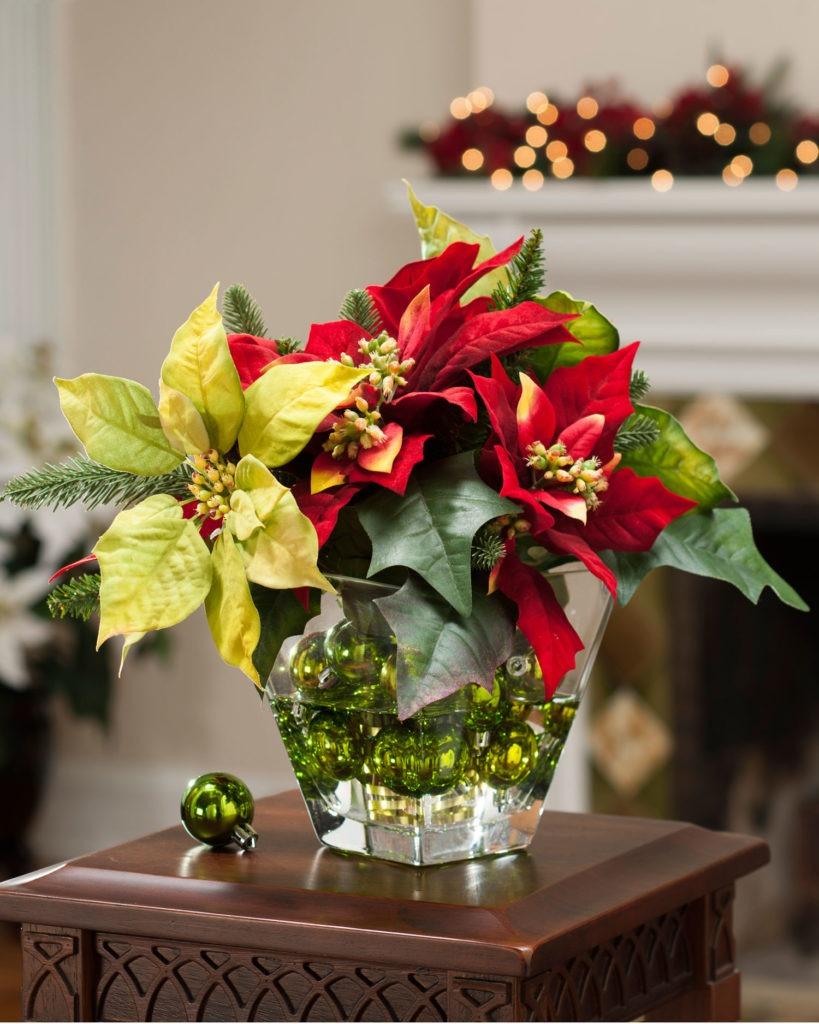 Искусственные цветы и новогодние шарики в интерьере