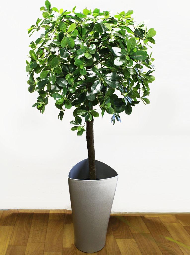 Высокое искусственное растение в горшке