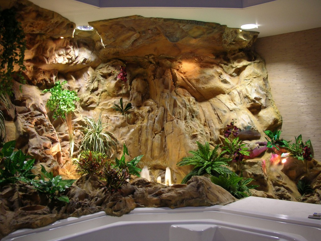 Декоративный водопад и искусственные растения в интерьере ванной