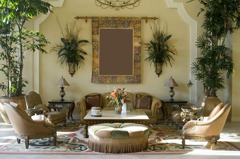 Гостиная в восточном стиле со множеством растений