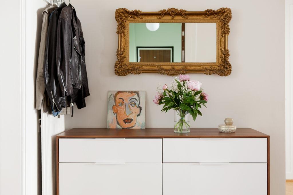 Двухцветный комод с зеркалом в прихожей