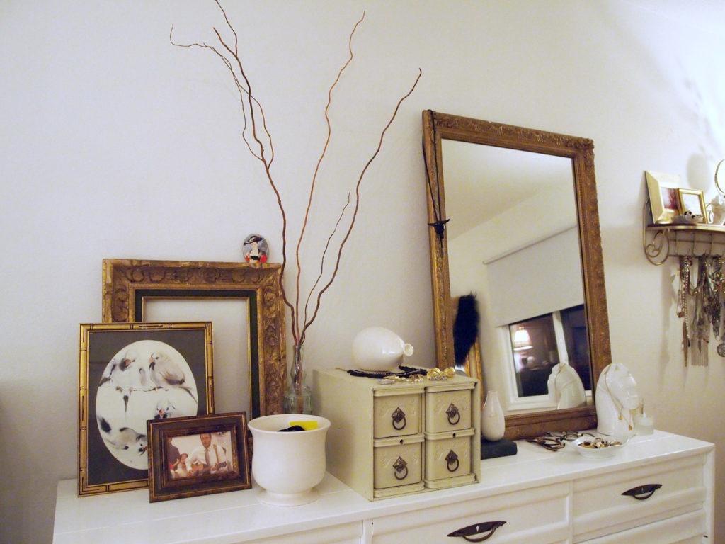 На столешнице комода в гостиной и на стене над ним есть прекрасное место для размещения памятных вещиц, безделушек — есть куда приложить свою фантазию и дизайнерские навыки.