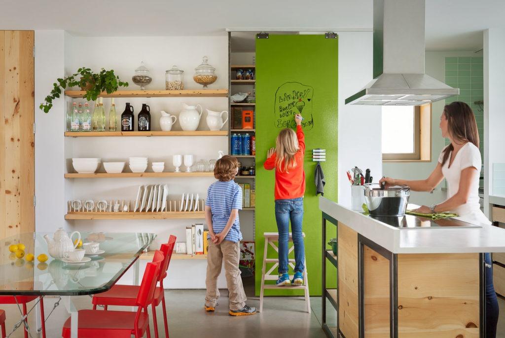 Грамотное хранение на кухне значительно облегчает готовку и уборку на кухне