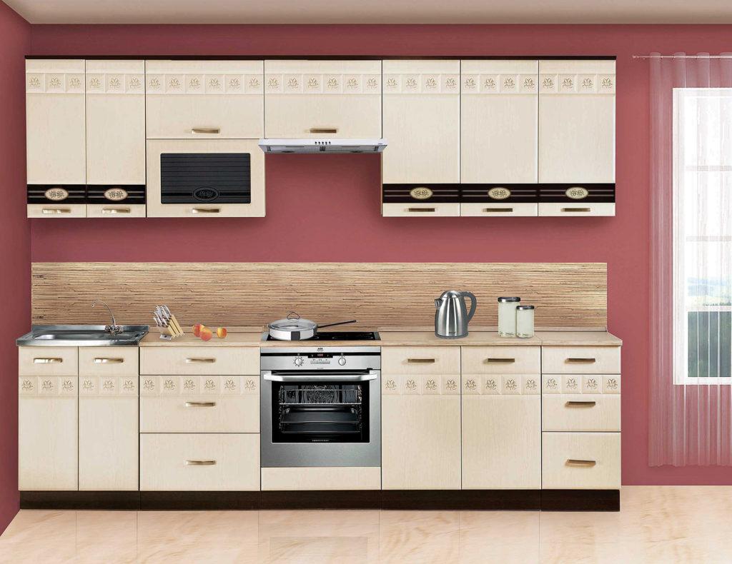 Навесные шкафы в бежевой кухне