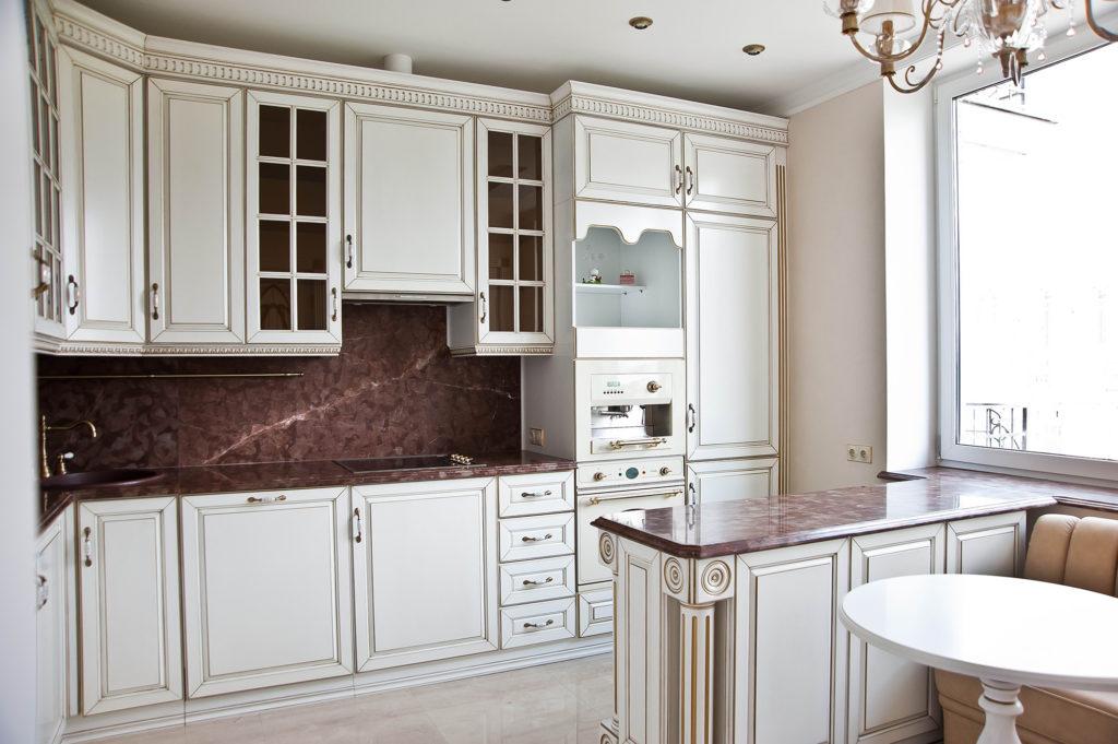 Навесные шкафы в классической кухне