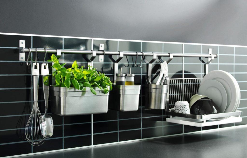 Рейлинги – незаменимая вещь на современной кухне. Их многофункциональность впечатляет. Классически на них надевают крючки и вешают кастрюли, сковородки, кружки, емкости со столовыми приборами. На некоторых предусмотрены места для рулонных полотенец и т.д. На магнитных рейлингах очень удобно хранить ножи и прикреплять бумажные рецепты.