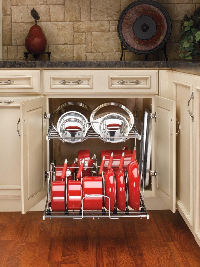 Компактное хранение посуды в выдвижном ящике