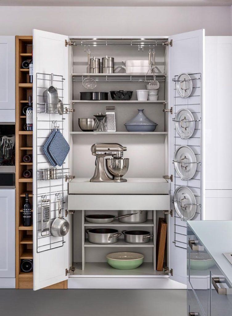 Внутренние стороны дверок кухонного гарнитура легко оснащаются крючками, на которые можно подвесить щетки, перчатки, тряпки для уборки.