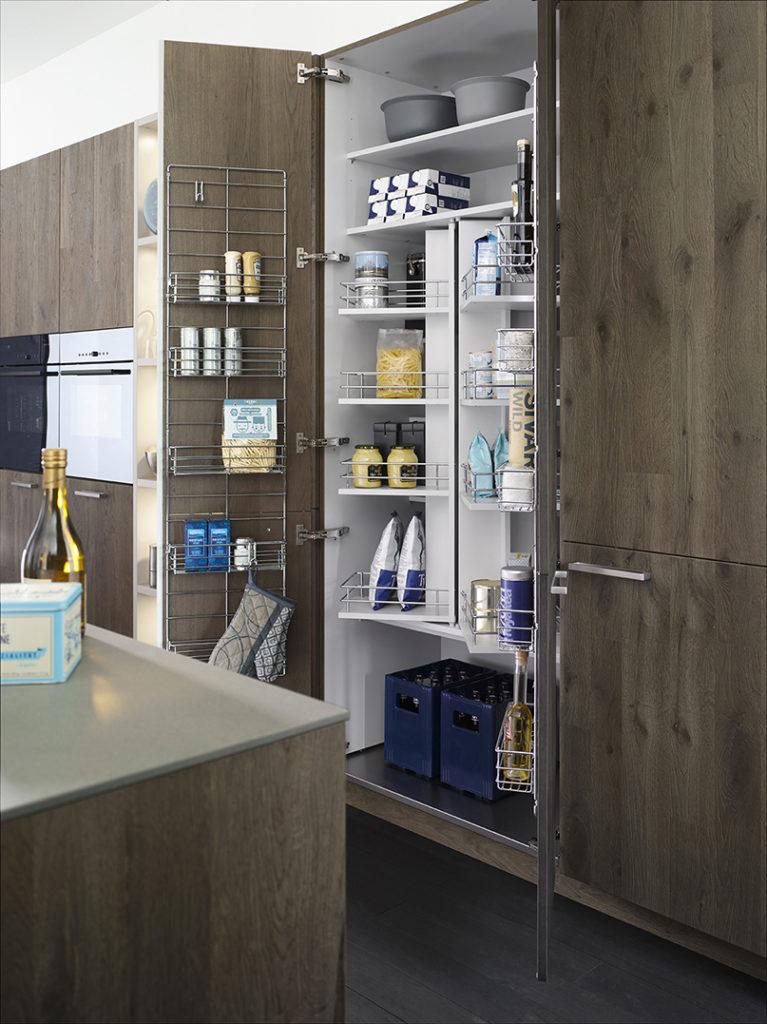 Удобное хранение в кухонном шкафу