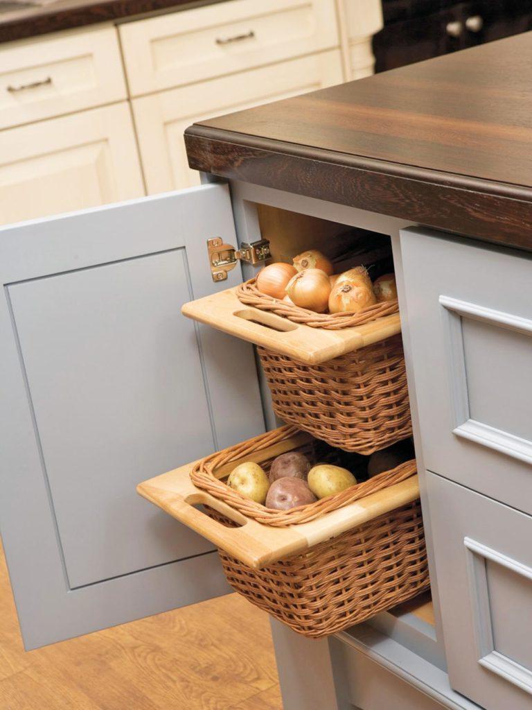 Овощи лучше хранить в плетеных корзинках, деревянных коробках или проветриваемых ящиках.