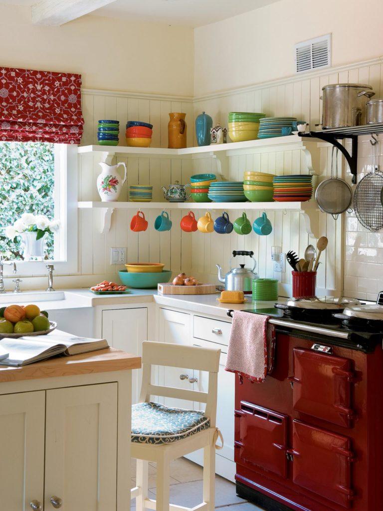 Открытые полки с яркой посудой поднимут настроение на весь день