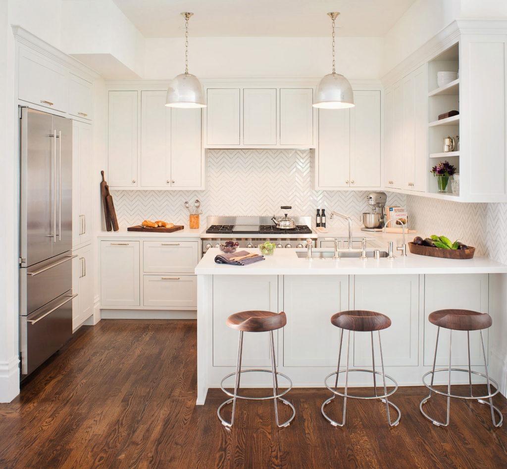 Навесные шкафы и открытые полки на светлой кухне