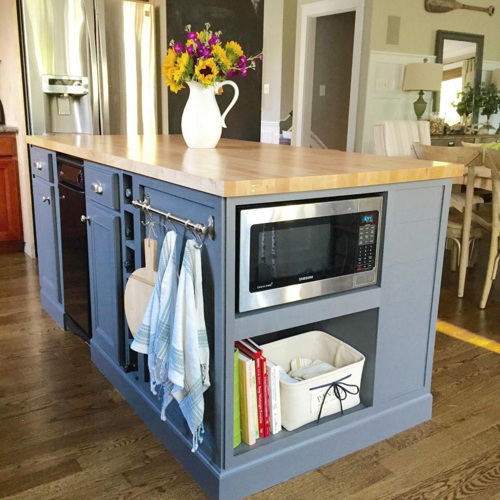В открытые полки можно поставить микроволновку или корзинку для хранения