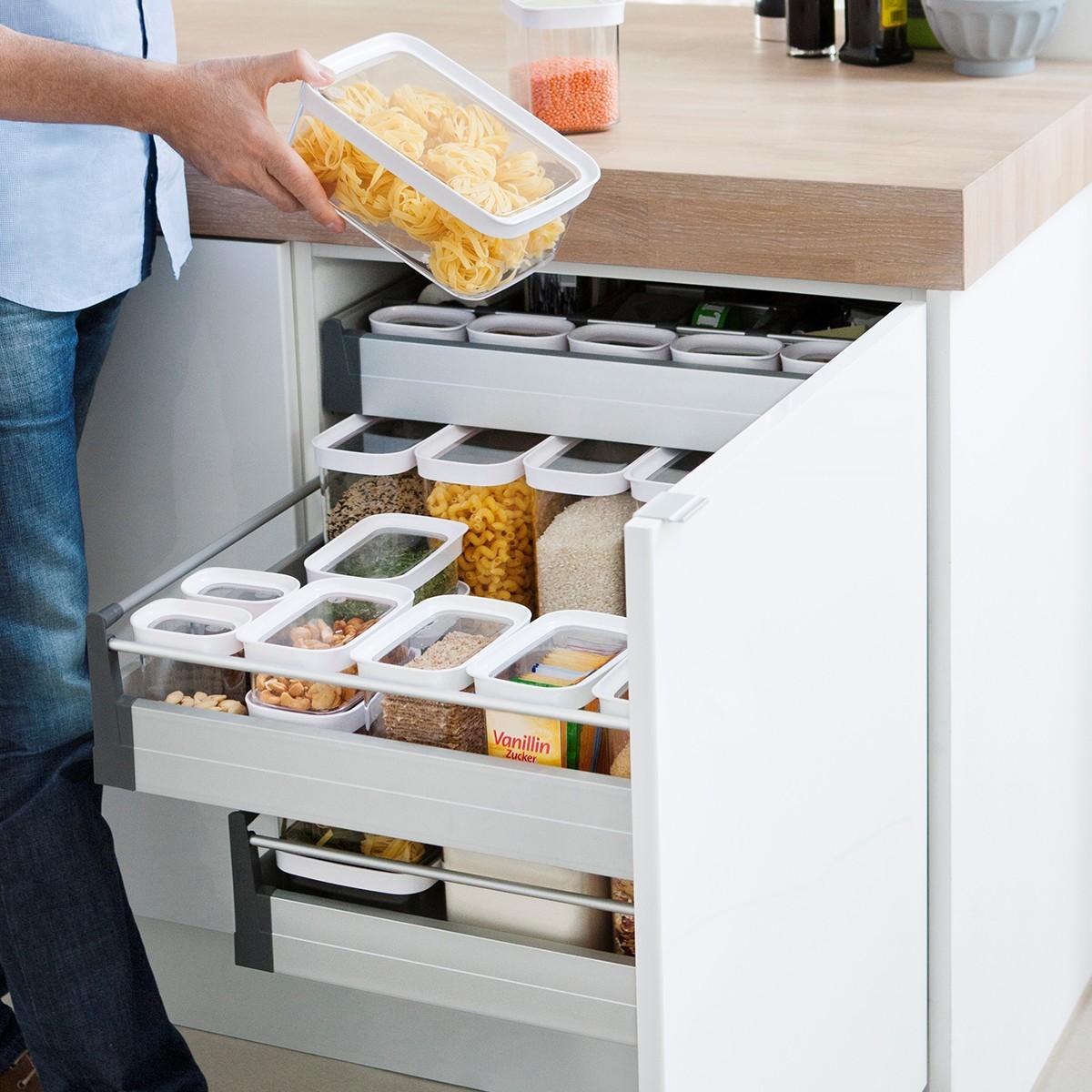 Компактное хранение контейнеров на кухне