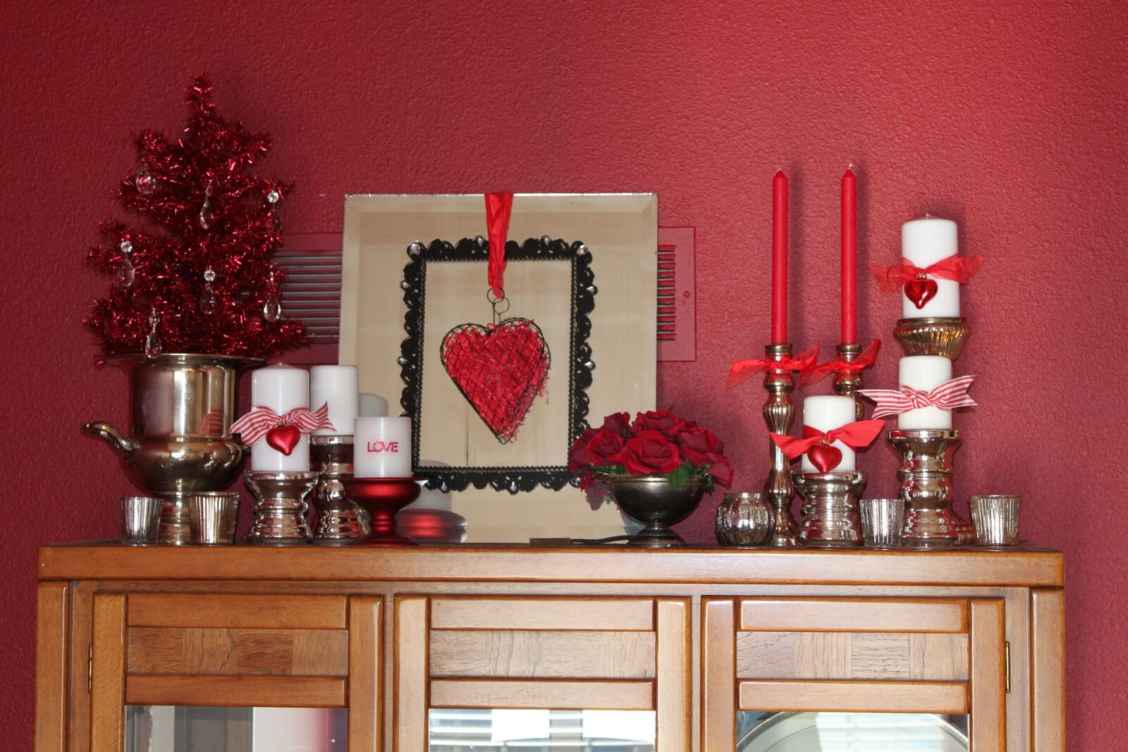 Романтический декор красного цвета