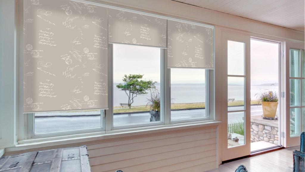 Серые рулонные шторы с надписями для кухни