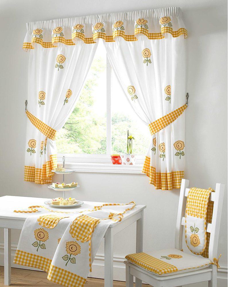 Короткие желто-белые занавески для кухни