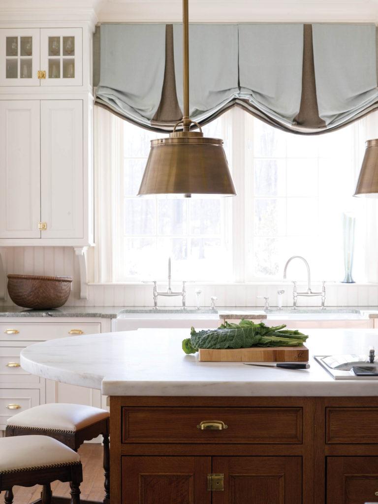 Двухцветные подъемные шторы на кухне