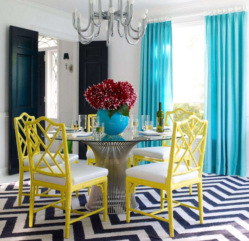 Красивые голубые длинные шторы для кухни