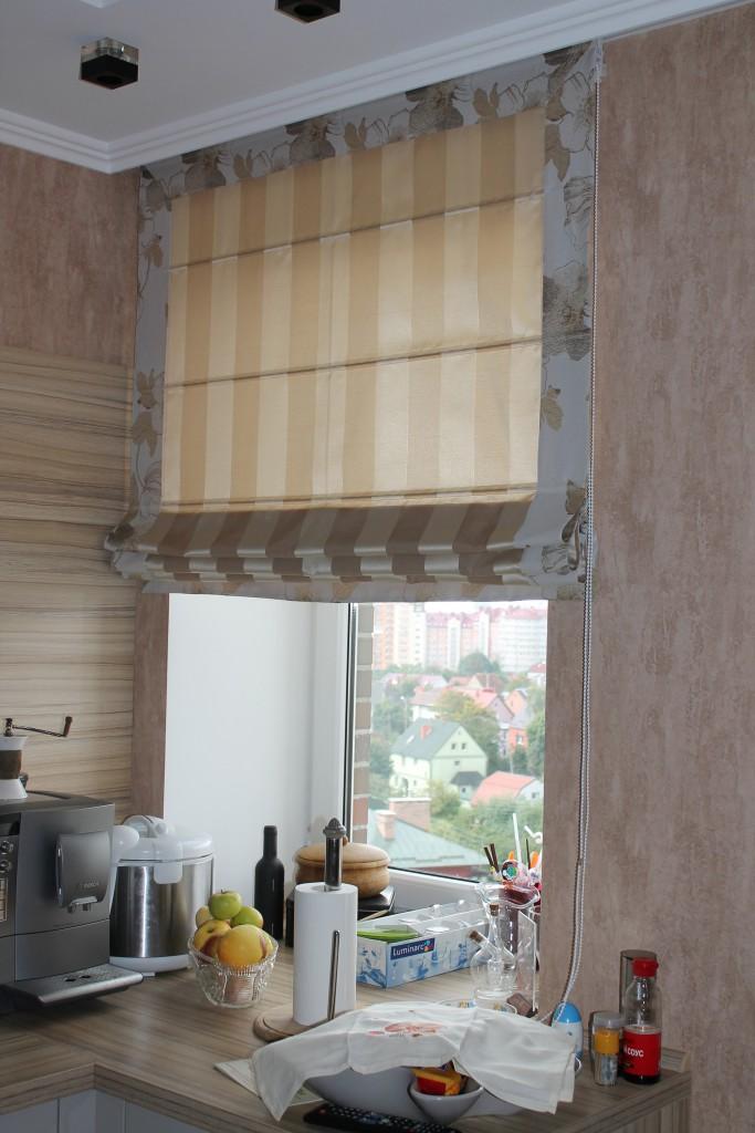 Полосатые римские шторы для кухни