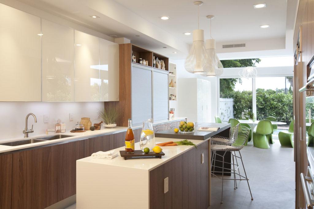 Моющиеся белые обои на просторной кухне