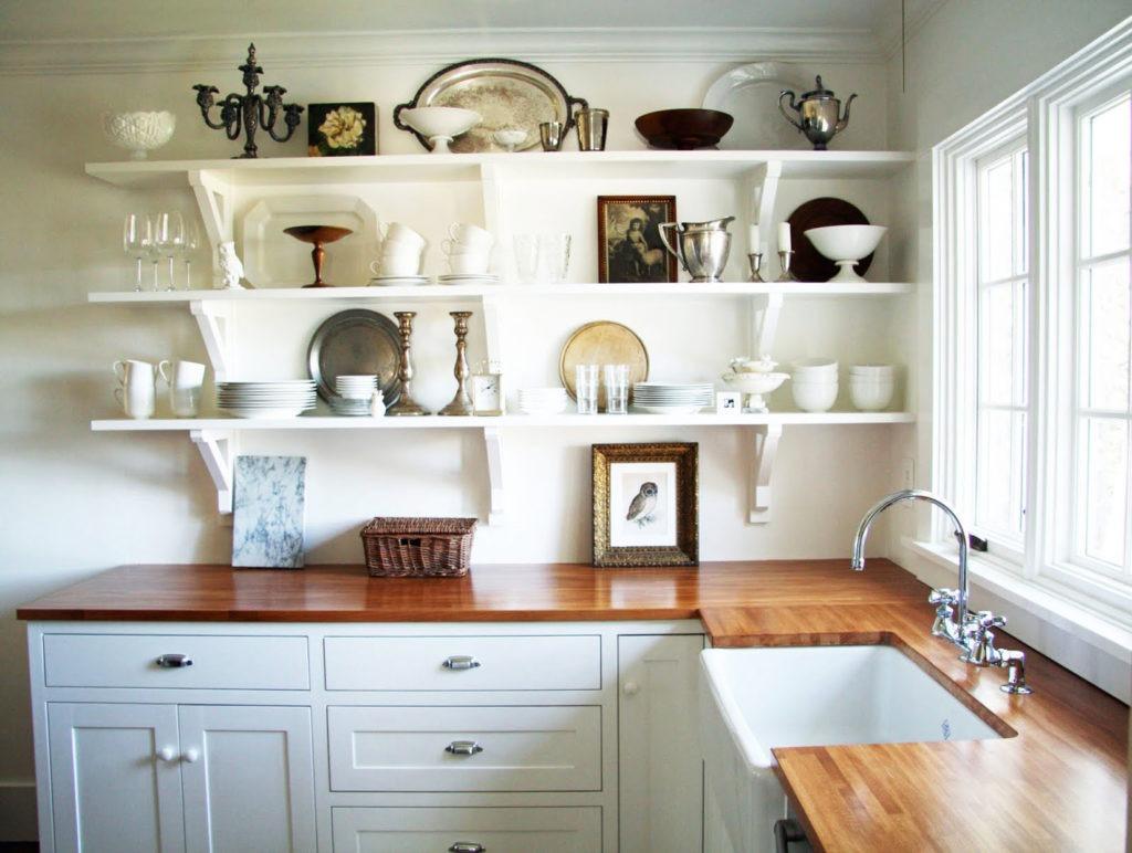 Кухня с белыми полками