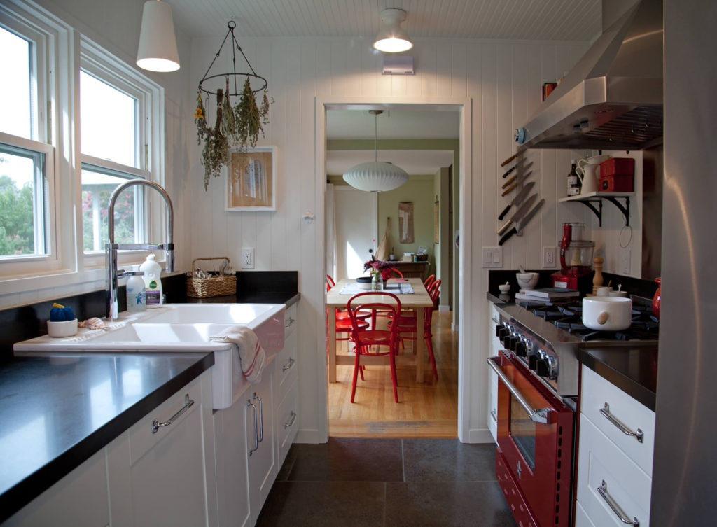 Белая узкая кухонная полка из металла